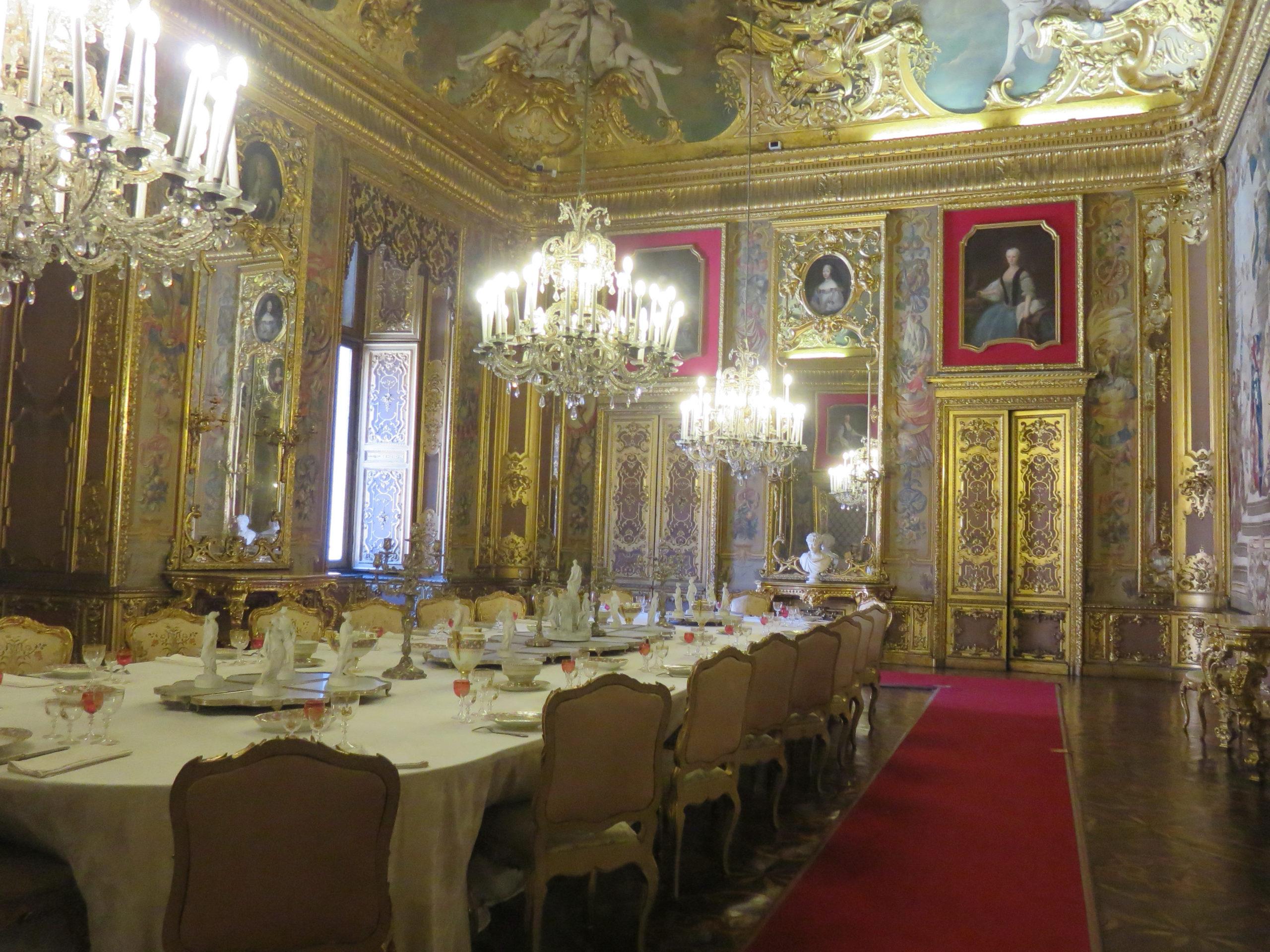 貴族の館の写真。パーティなどはこのような広間で食事が提供されていたようです。